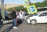 Автомобиль врезался в толпу пешеходов в Петербурге (видео)