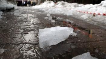 Жителей Коряжмы предупредили о возможном падении снега и льда с крыш